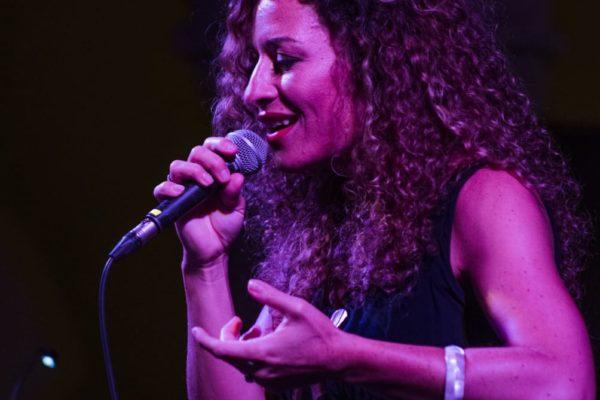 """La musica """"algherese"""" a Barcellona con il primo disco di Yasmin Bradi"""